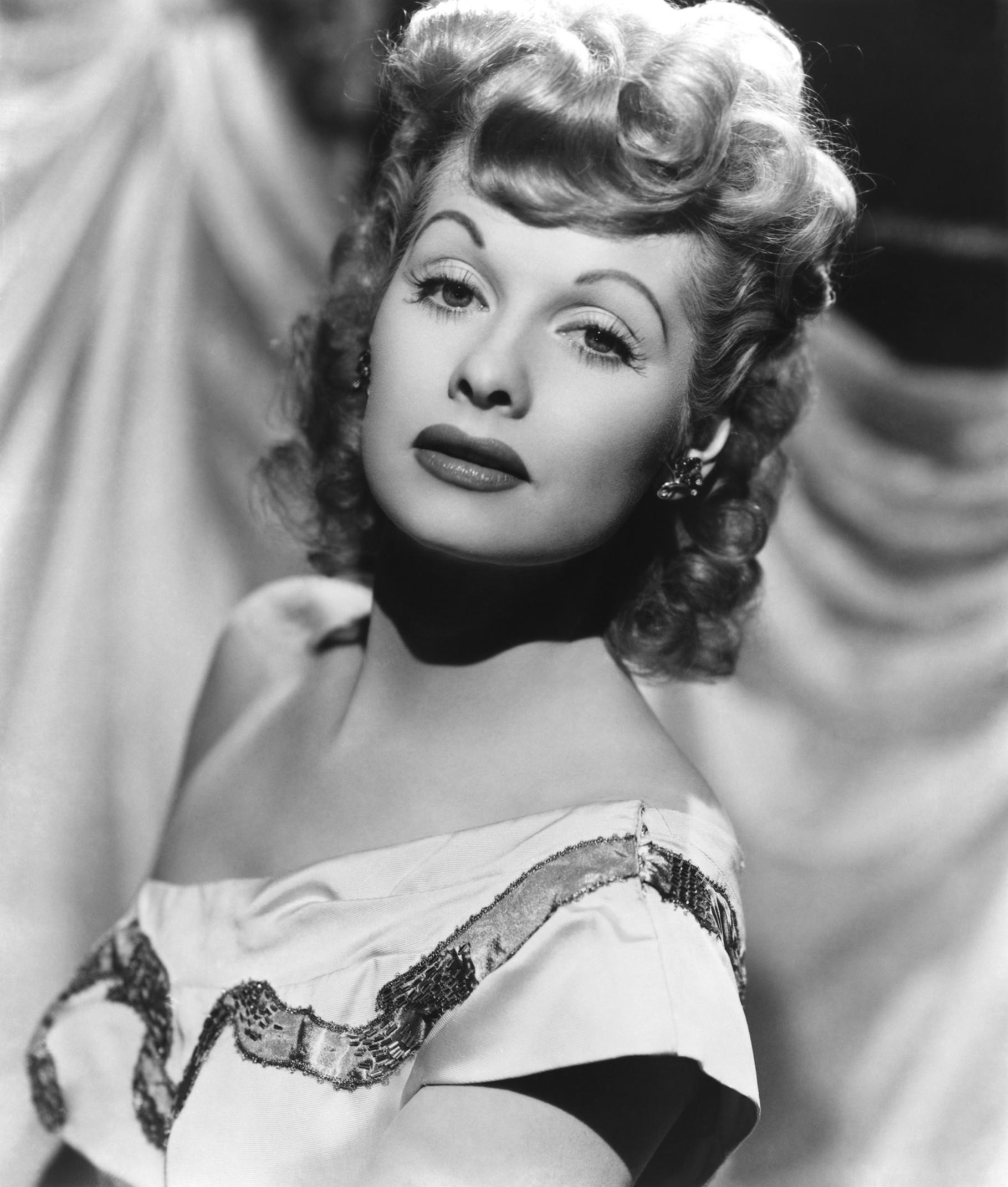 lucille ball Lucille ball est une actrice, productrice et réalisatrice américaine, née le 6 août 1911 à jamestown, new york (États-unis) et morte le 26 avril 1989 à beverly.