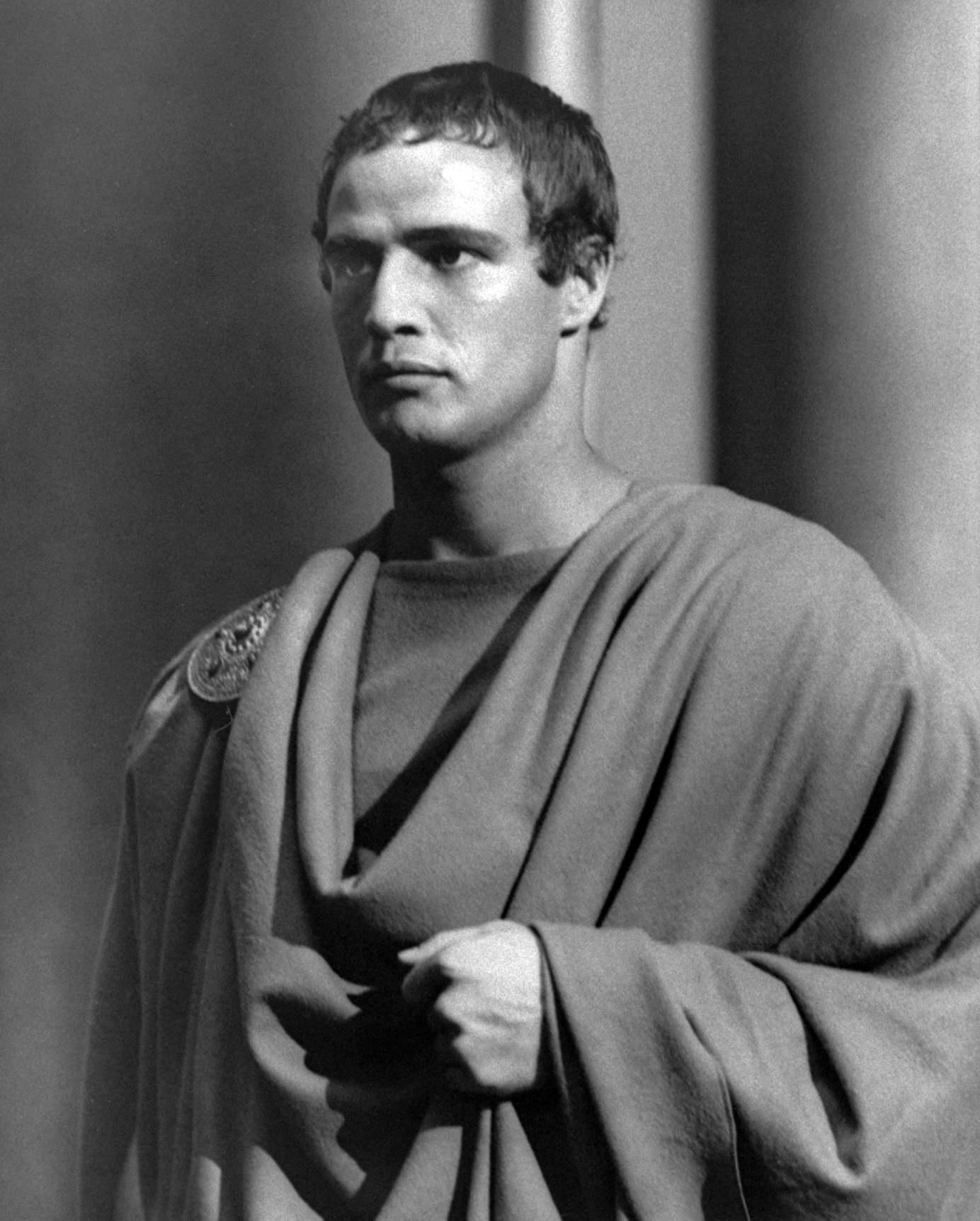 julus ceasar Gaius julius caesar, beter bekend als julius caesar of caesar, was een  romeinse politicus en generaal die officieel een einde maakte aan de romeinse .