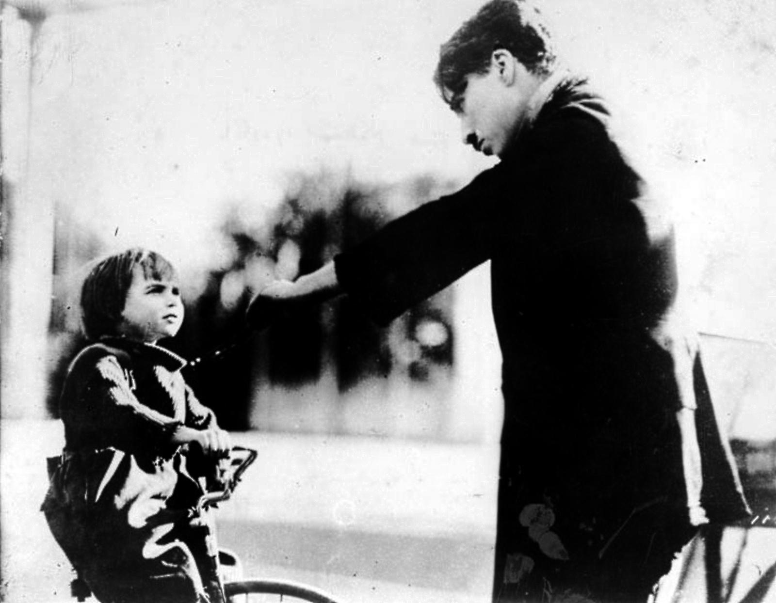 http://www.doctormacro.com/Images/Chaplin,%20Charlie/Annex/NRFPT/Annex%20-%20Chaplin,%20Charlie%20(Kid,%20The)_NRFPT_10.jpg