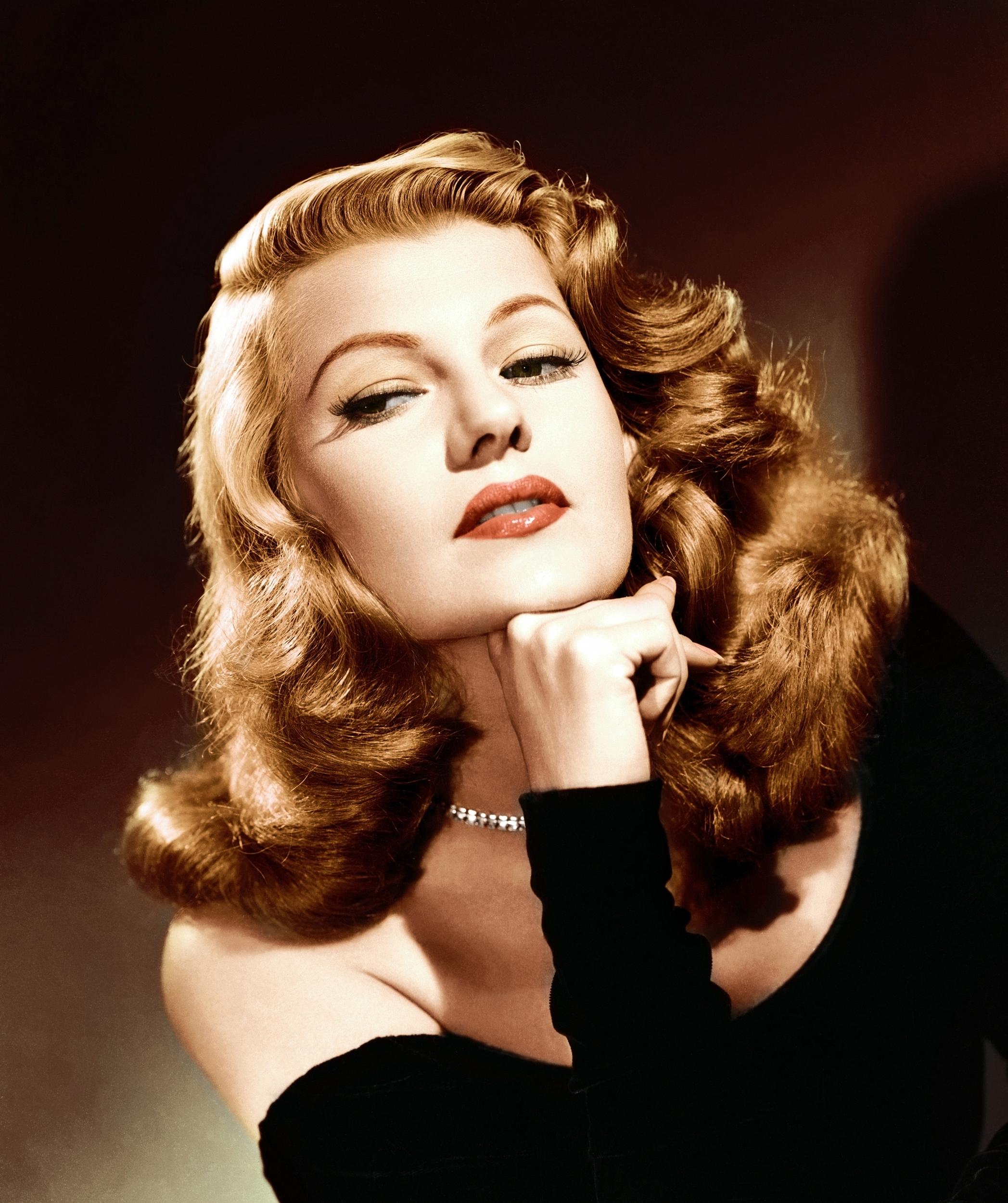 Rita Hayworth - czerwona szminka i rude włosy.