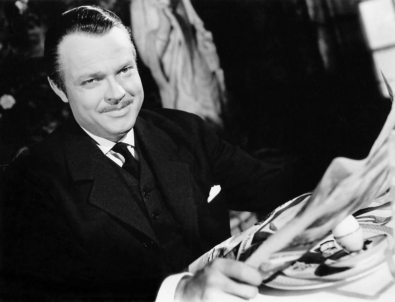 an analysis of the film citizen kane by orson wells The story, along with the revolutionary cinematography, made it a movie years  ahead of it's time where orson welles, charlie kane, takes.